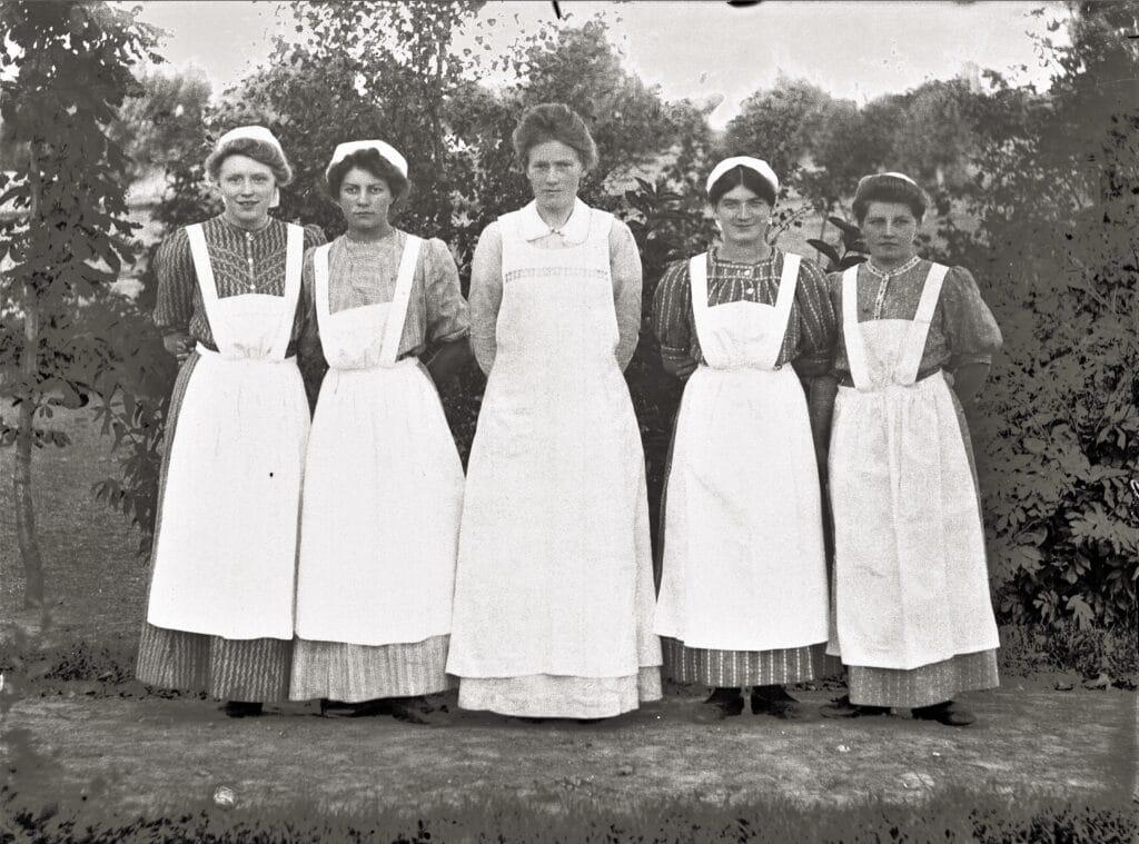 Et hold køkkenpiger på Vejstrup Pigehjem omkring 1910. (Gudme Lokalhistoriske Arkiv)