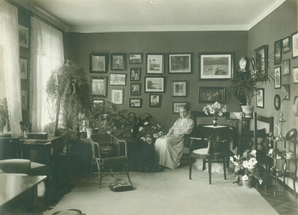 Forstanderinde Schneekloth i sin stue på Vejstrup Pigehjem omkring 1920. (Gudme Lokalhistoriske Arkiv)