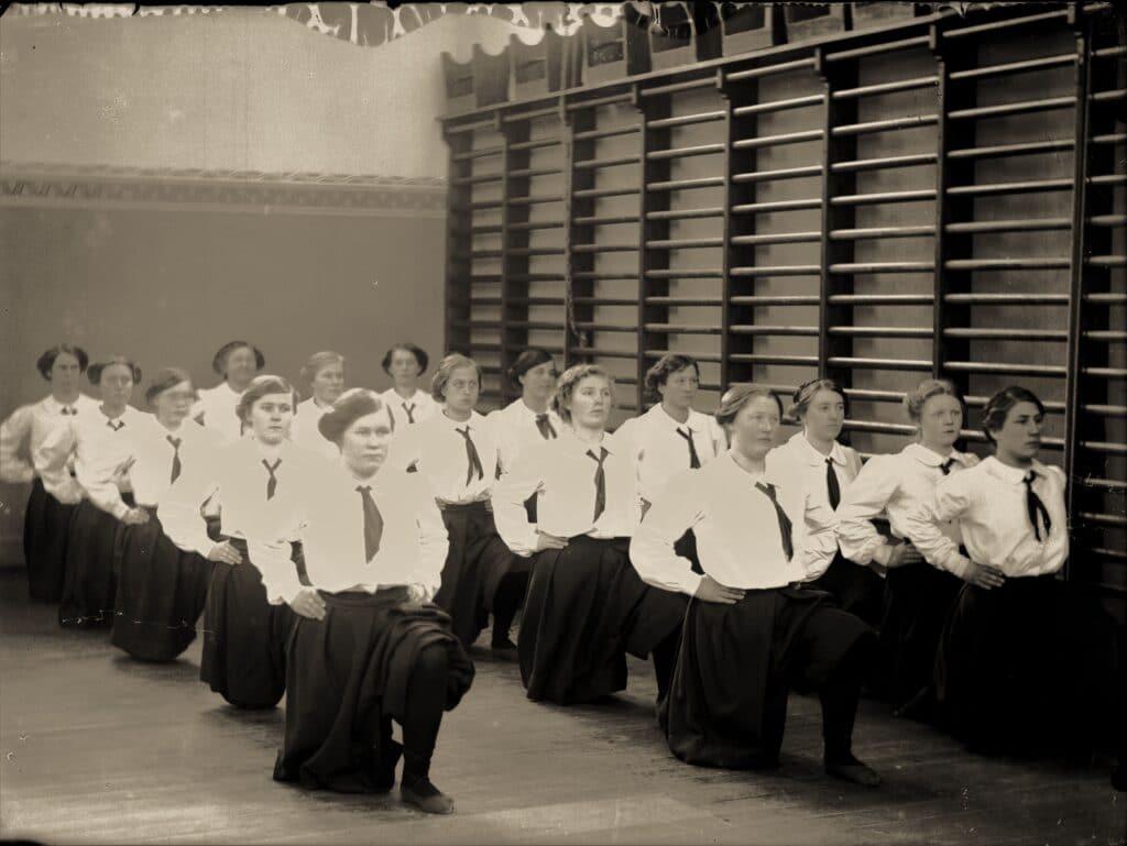 Høstarbejde 1917 på Vejstrup Pigehjem. (Gudme Lokalhistoriske Arkiv)