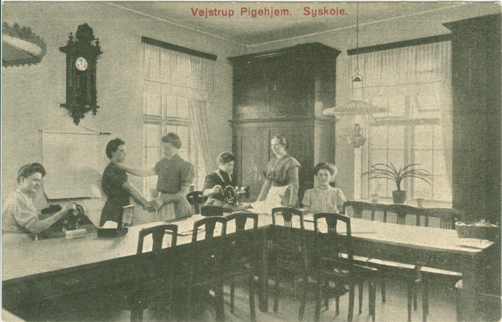 Det stillesiddende arbejde på 'syskolen' var forhadt af mange anbragte piger på Vejstrup Pigehjem. (Gudme Lokalhistoriske Arkiv)